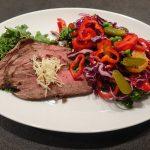 Gezonde gekruide salade met rundvlees